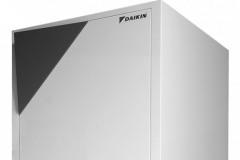 TEPELNÉ ČERPADLO ALTHERMA - výrobca: Daikin, cena: 4 360 € bez DPH, www.altherma.sk. Daikin Altherma LT vyhreje domácnosť až päťkrát účinnejšie než tradičné vykurovacie systémy, približne 80 % tepla vyprodukuje úplne zadarmo. Výhodou je možnosť pripojenia na solárne panely. Teplo z okolitého prostredia využíva aj na ohrev vody. Zásobník na teplú vodu je v objemoch 180 a 260 l