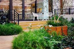 Chcete vytvoriť na relatívne malom priestore záhradu plnú rastlín? Nahraďte trávnik záhonmi