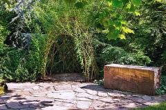 Zaujímavým prvkom je zákutie, tunel alebo stena zo spleteného vŕbového prútia