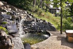 Pokiaľ je to možné, uprednostnite miestne materiály a využívajte vlastnosti daného terénu