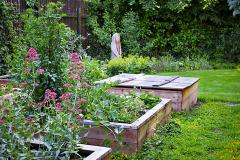 Vyvýšené záhony dodajú pestovaniu zaujímavý tvar. Poslúžia aj na kompost či pieskovisko
