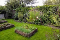 Prútie pôdu vo vyvýšenom záhone neudrží, ale dá sa použiť ako pôsobivý lem. Aby ste zabránili koseniu okolo obruby, položte k nej na úroveň pôdy napríklad tehly, po ktorých môže jazdiť koliesko kosačky