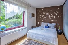 Stenu v záhlaví postele obložili mušľami z ciest. Spolu s ďalšími textíliami v spálni ide o doklad výtvarného talentu panej domu