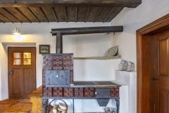 Na čiernu kuchyňu vo vedľajšej miestnosti nadväzuje kachľový sporák a murovaná pec. Ďalším zdrojom tepla, ktorý sa stará okrem iného o temperovania domu, je plynový kotol a teplovodné dlážkové kúrenie a radiátory