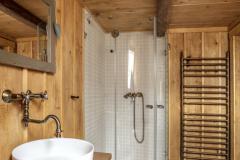 V kúpeľni nájdete aj vykurovací rebrík zostavený z medených kúrenárskych trubiek a tvaroviek. Dlážku zdobia klasické cementové dlaždice