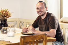 Pán domu za kuchynským stolom. na rekonštrukcii si dal naozaj záležať a nám nezostáva, než mu popriať zaslúženú dobrú chuť