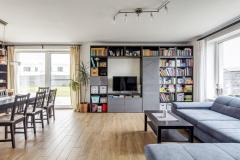 Veľké presklené plochy obývací priestor krásne presvetľujú a opticky zväčšujú