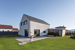 Na podporu architektonického výrazu a zvýraznenie čistej kompozície domu použili na štítoch a garáži obkladové drevo