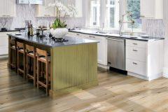 Laminátová dlážka Skandor (na snímke dekor buk glory) je odolná proti záťaži aj poškodeniu. V kuchyni odolá rozliatej vode či padajúcemu riadu. Cena 5,39 € / m² (Hornbach)