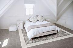 Španielsky výrobca keramických dlažieb Ragno ponúka kolekciu v štýle retro (vrátane formátu 20 x 20 cm), ktorú možno uplatniť v celom dome. Napríklad v spálni nápadito napodobní vzorovaný koberec na šedom neutrálnom podklade. Ideálne sa hodí na dlážkové vykurovanie