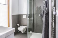 Do kúpeľne so sprchovacím kútom a WC sa dostanete jednak zo spálne a jednak priamo z vonkajšej terasy
