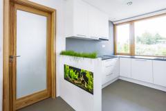 Kuchynská linka je oddelená drevenou polostenou s akváriom zakončeným debničkou s mačacou trávou