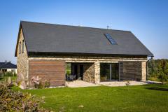 Posuvné prvky na fasáde – brány a žalúzie – regulujú osvetlenie, vietor, chránia súkromie a neustále menia vzhľad domu
