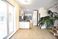 Kuchyňu možno oddeliť od obývacej izby priečkou, otvorený variant je však oveľa príjemnejší i estetickejší