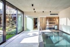 Prelivový bazén je vybavený malou saunou a sprchou a takisto bezbariérovo nadväzuje na átrium