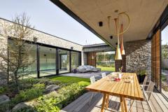 K prepojeniu exteriéru s interiérom prispievajú nielen presklené steny, ale aj bezbariérové prechody dlážok a terás