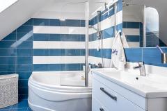 Kúpeľňa s obkladom v námorníckej modro-bielej pôsobí príjemne a optimisticky