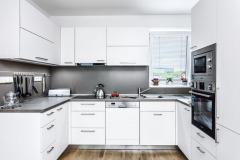 """Tvarovo čistá kuchynská linka v tvare písmena """"U"""" využíva naplno priestor miestnosti, nemáte tu pocit stiesnenosti"""