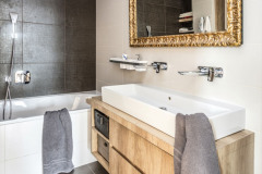 Lichobežníkový pôdorys domu sa logicky odrazil pri škárovaní a rezoch dlažby, tieto rozdiely uhlov dlaždíc sa podarilo dômyselne kompenzovať v miestnostiach, kde to nevadí, napríklad na WC, v sprchovom kúte či komore. Tu všade nájdete lichobežníkový pôdorys