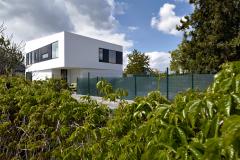 Výtvarný princíp fasády sa zakladá na kontraste čiernej a bielej. Čierne rámy okien na poschodí prepája hladký čierny keramický obklad.