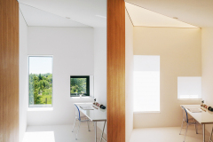 Izba na poschodí. Všetky okná v dome komponovali tak, aby poskytovali čo najkrajší výhľad a vytvárali v interiéri zaujímavé svetelné efekty