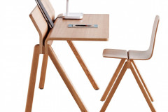 Stôl CPH190 z ohýbanej preglejky, ktorá tvorí pracovnú dosku a zároveň stojan na poznámky či otvorenú knihu, 150 × 70 × 91 cm a stohovateľná stolička (dizajn Ronan a Erwan Bouroullecovci, Hay)