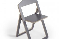Stoličku Hanger zavesíte na stenu alebo na šatníkovú tyč a využijete ako ramienko na šaty (dizajn Philippe Malouin, Umbra Shift)