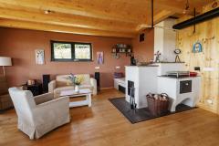 Namiesto moderného kozuba sa rodina rozhodla pre pec na drevo. Obsahuje aj kozubovú vložku a slúži na vykurovanie, varenie i leňošenie
