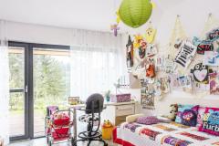 Aj detská izba s osobitou výzdobou umožňuje vďaka veľkému preskleniu vizuálny kontakt s lesným porastom a vstup na terasu
