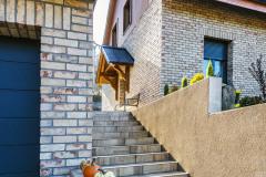 Dom je zasadený do príkreho svahu, čo sa neobišlo bez vonkajšieho schodiska začínajúceho sa pri príjazdovej ceste