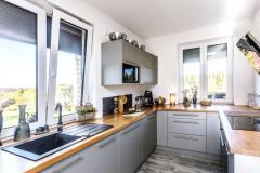 Kuchynská časť je vybavená kuchynským nábytkom v tvare U, prirodzené osvetlenie v hojnej miere zaisťujú okná nad pracovnou doskou