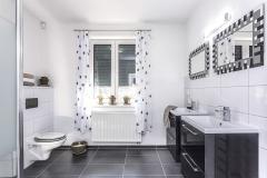 Dizajn kúpeľne sa nesie v znamení protikladov čiernej a bielej farby, najmä medzi dlážkou, nábytkom a stenami. Ten istý princíp nájdete v malom aj na rámoch zrkadiel alebo závesoch
