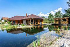 Hlavnou ideou bolo vytvoriť prízemný dom v maximálnom kontakte s prírodou. K tomu maximálne prispievajú dva presklené rohy, ktoré smerujú k biotopovému jazierku v záhrade