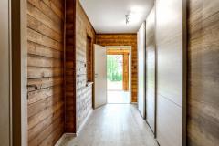 Interiéru aj exteriéru dominuje obklad zo smrekovcových dosiek - nájdete ich takmer v každej miestnosti