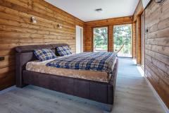 Pán domu si prial vizuálny kontakt so záhradou tak z obývacej izby, ako aj zo spálne