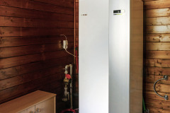 V technickej miestnosti sa nachádza vnútorná jednotka tepelného čerpadla NIBE systému vzduch / voda, vnútorná jednotka má v sebe i veľký bojler, ktorý umožní plnohodnotné vysprchovanie 3-4 ľuďom