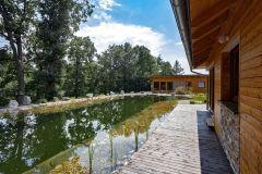 Jazierko je napustené pitnou vodou, ktorá sa čistí cirkuláciou vody cez biotop tvorený vodnými rastlinami. Keby priamo nad jazierkom nestáli krásne staré vysoké duby, voda by zostala čistá aj po niekoľko rokov