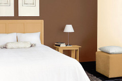 Hnedá varianta upokojuje, spálňu zmenšuje a zvýrazňuje posteľ