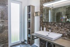 Kúpeľňa má všetko, čo je potrebné, a nič zbytočné navyše. Je do značnej miery riešená bezbariérovo, aby ju majitelia mohli pohodlne používať aj vo vyššom veku a nemuseli už nič upravovať