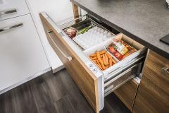 Chladiaca zásuvka pod pracovnou doskou umožňuje skladovať potraviny pri ideálnej teplote