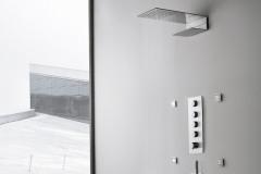 Sprchovým batériám vládne minimalistický tenkostenný dizajn. Sprchu Milanoslim (vyrába Fantini) tvorí 60 mm široký pás z nehrdzavejúcej ocele s otvormi pre bočnú a hlavovú sprchu