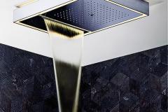 Stropná sprcha Acquadolce obsahuje vodnú kaskádu, dážď a hmlu, LED osvetlenie a chromoterapiu so 4 farbami svetla. Ovláda sa elektronicky dotykovým ovládaním, vyrába Fantini