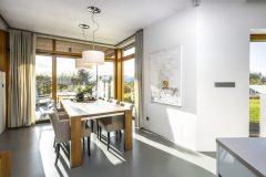 Pred základnú stenu domu architekt dômyselne predsunul jedáleň, čo umožnilo otvoriť pohľad do exteriéru hneď z dvoch strán