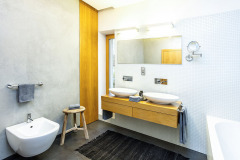 Atmosféru kúpeľne dotvára biela mozaika a stierka. Pomyselnou čerešničkou na torte je historická trojnožka