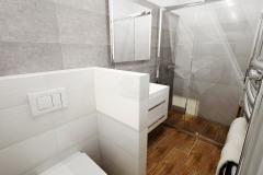 """Hojne diskutovaná téma - """"s"""" alebo """"bez"""" - kúpeľňa spojená s toaletou, alebo dve samostatné miestnosti. V domácnosti pre 2 a viac osôb sa odporúča samostatné WC + kúpeľňa, pre viacčlennú rodinu je ideálne samostatné WC + kúpeľňa s toaletou"""