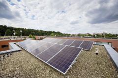 Bavorská firma Sonnen vyvíja a vyrába batérie na ukladanie energie z domácich elektrární, ich predaj v súčasnostizažíva boom. Na obrázku montáž solárnych kolektorov a batérie v dome so 16-timi panelmi s výkonom 4,16 kWp a batériovým systémom Sonnen s kapacitou 6 kWh. Počas dňa elektráreň vyrobí elektrinu, a večer ju z batérie odoberiete