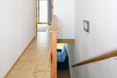 Do domu sa atypicky vstupuje horným poschodím, odkiaľ sa po schodisku schádza do hlavnej obývacej miestnosti