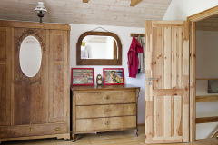 Spálňa rodičov je vybavená rustikálnym nábytkom, ktorý zútulňuje atmosféru. Jedinečný je však hlavne výhľad z balkóna na slnko zapadajúce za hrebene hôr