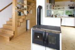 Srdcom domu je prízemie s hlavnou obytnou miestnosťou, kuchynským a jedálenským kútom. Priestor vykuruje kozubová pec