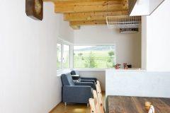Interiéru dominujú biele steny a smrekové drevo. Vybavenie domu je skôr prosté, vytvára však útulnú atmosféru